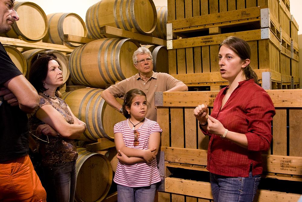 Anna van Alessandro di Camporeale tijdens een rondleiding in de wijnkelder.