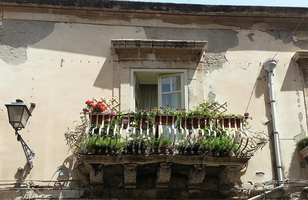Een balkonnetje in een van de smalle straatjes van Ortigia