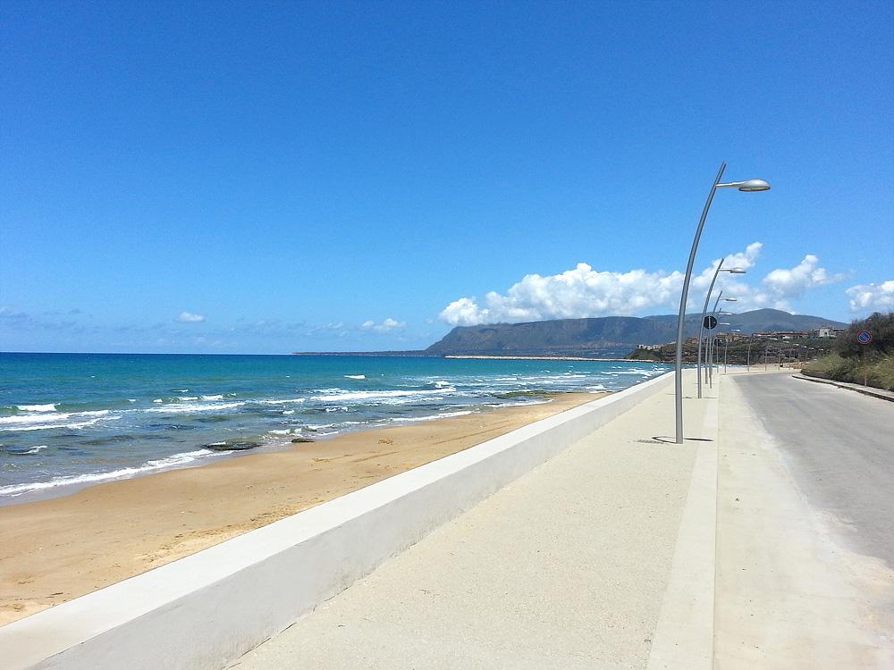 De boulevard bij het zandstrand van Balestrate.