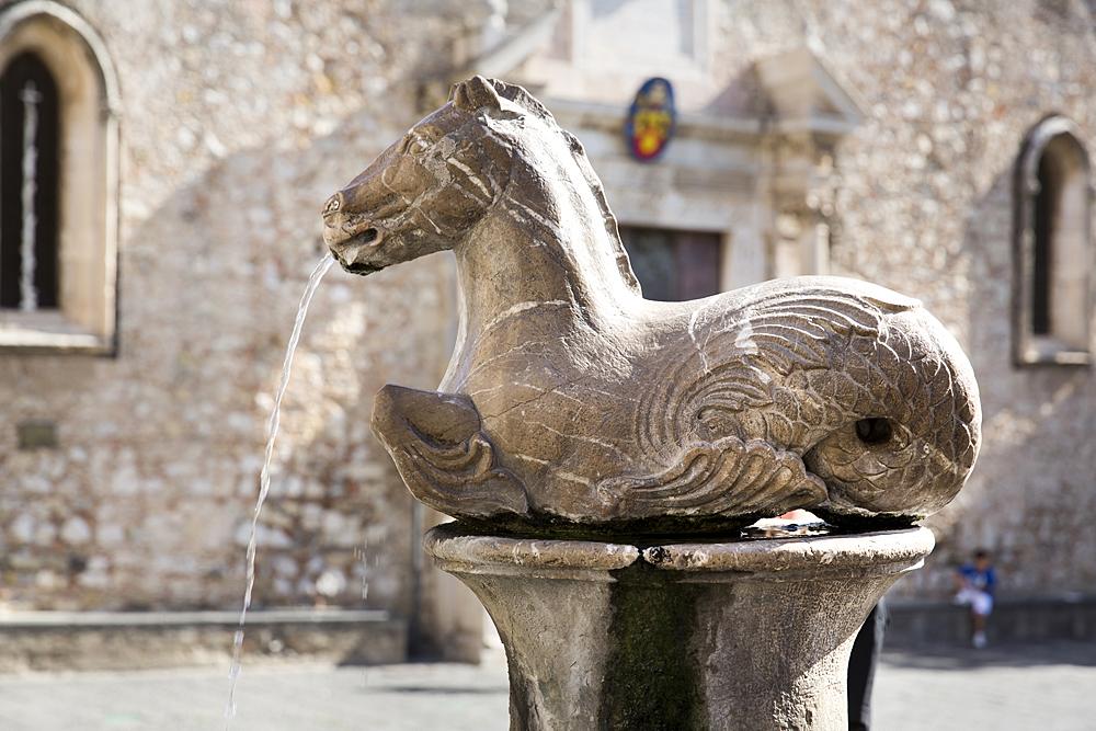 Een detail van de fontein op de Piazza del Duomo