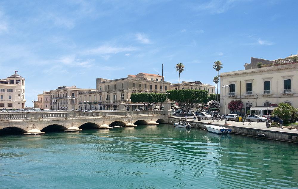 De Ponte Umbertino, een van de bruggen naar Ortigia