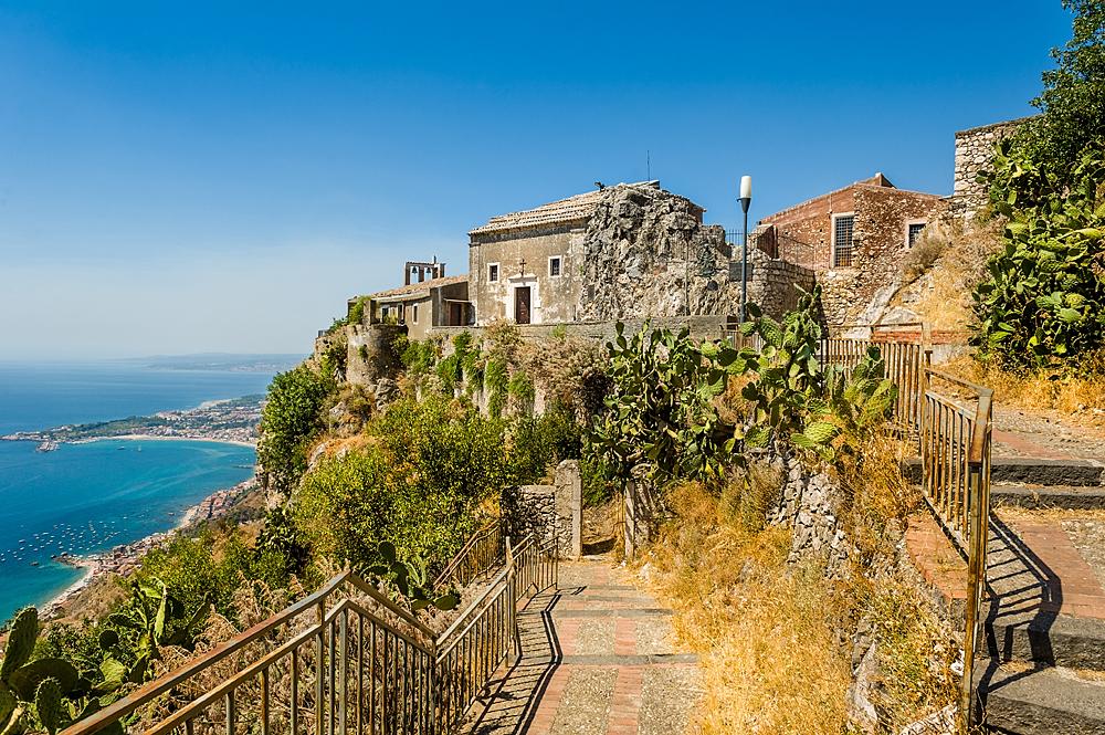 Een oude kerk boven Taormina