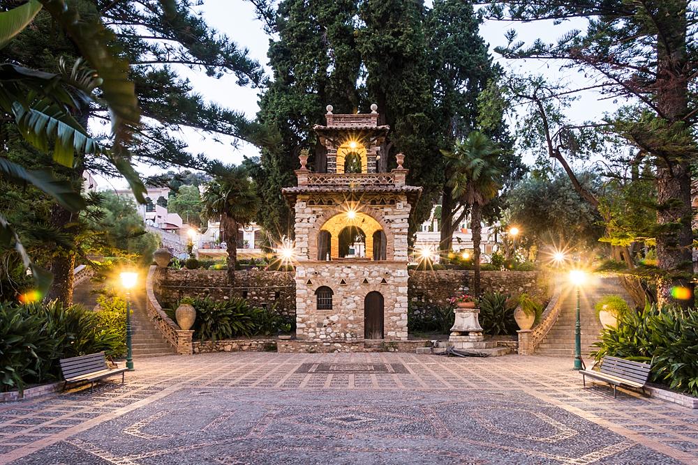 In de Villa comunale in Taormina