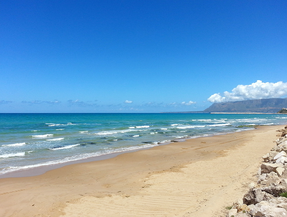 Het zandstrand van Balestrate op Sicilië