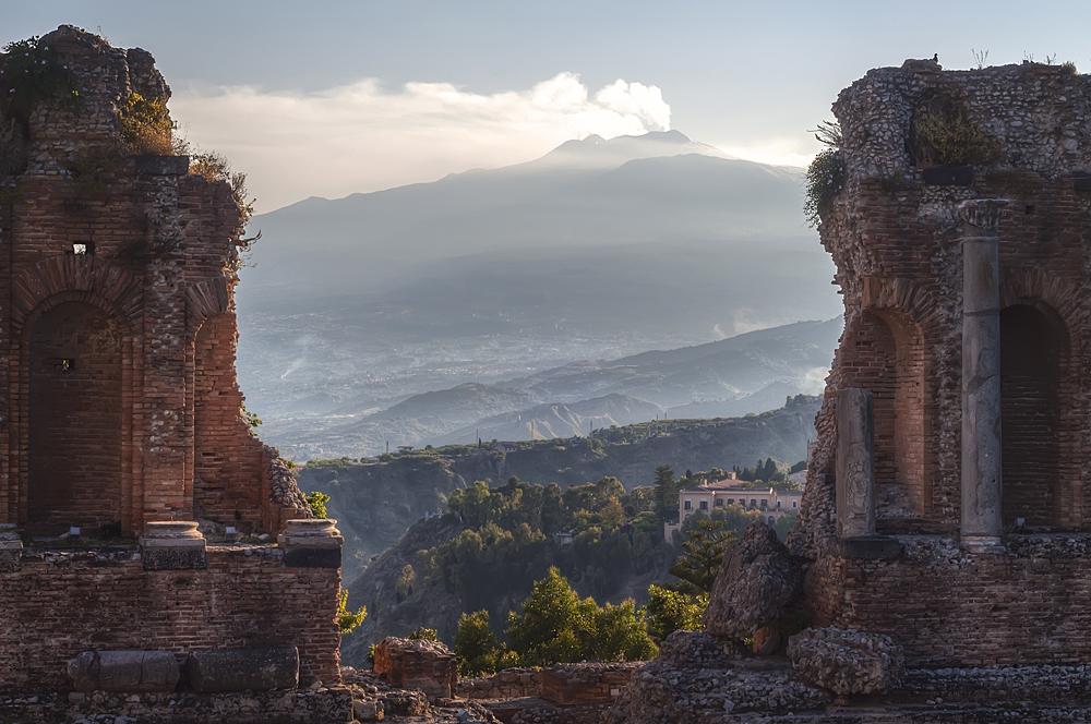 De Etna gezien vanaf het Griekse theater in Taormina