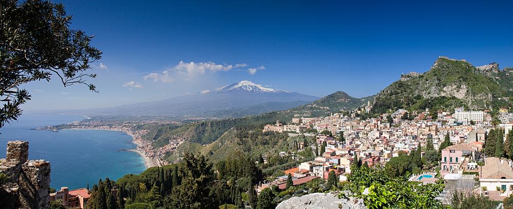 Taormina met op de achtergrond de Etna