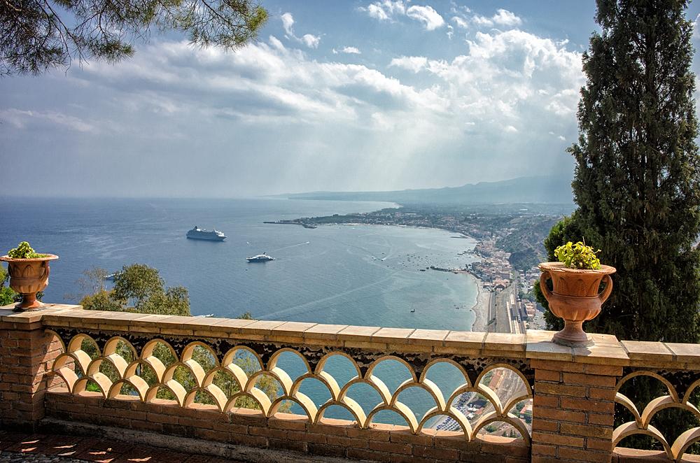 Vanaf de Villa comunale heb je een prachtig uitzicht op zee en de Etna