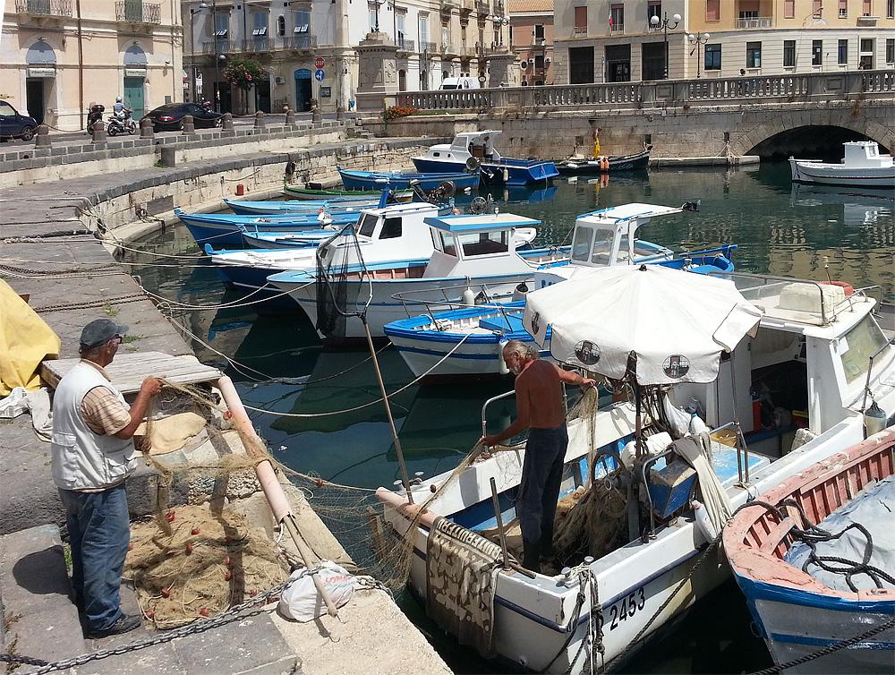 Twee vissers in de haven van Ortigia
