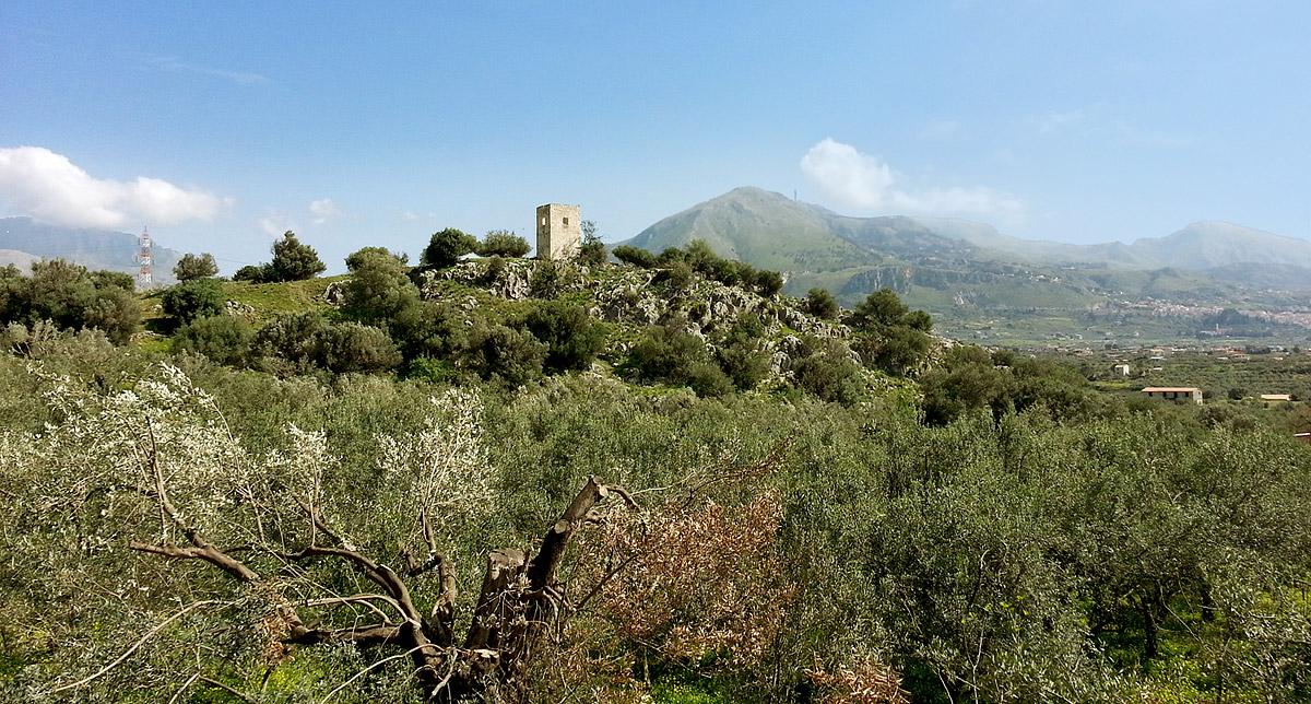 Een oude wachttoren in het plaatsje Giardinello op Sicilië