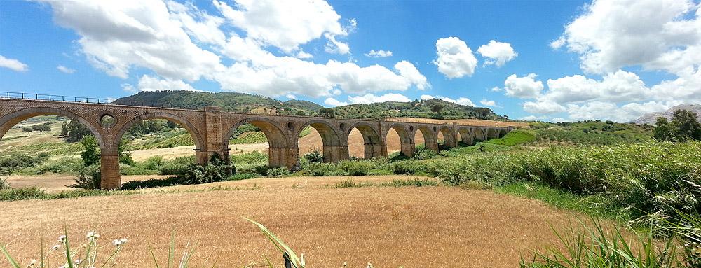Een spoorbrug in de buurt van Segesta
