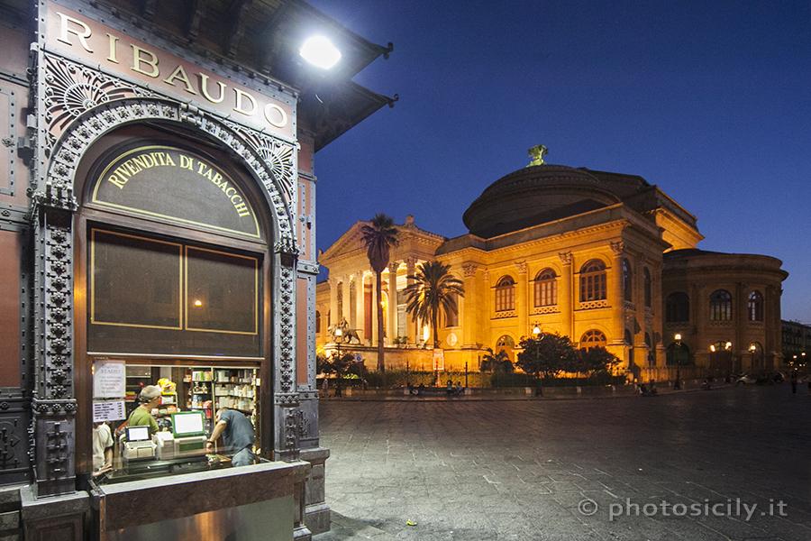 De Piazza Verdi met het Teatro Massimo in Palermo