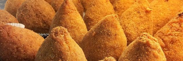 De Sicilianen en hun favoriete snack, de arancina / arancino…