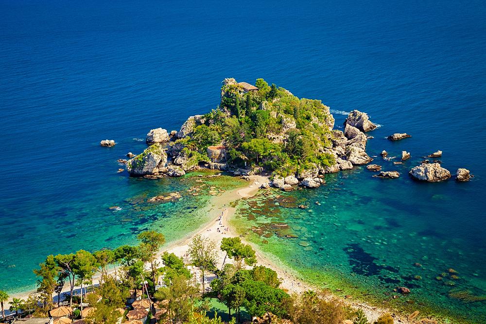 Het eilandje is via een zandpad bereikbaar