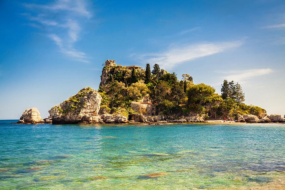 Isola bella en het heldere zeewater in de baai