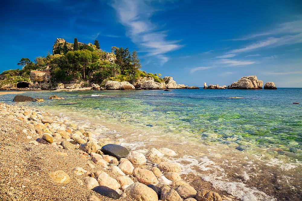 Isola bella gezien vanaf het kiezelstrand