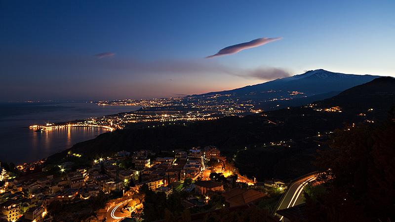 Giardini-Naxos met de Etna op de achtergrond