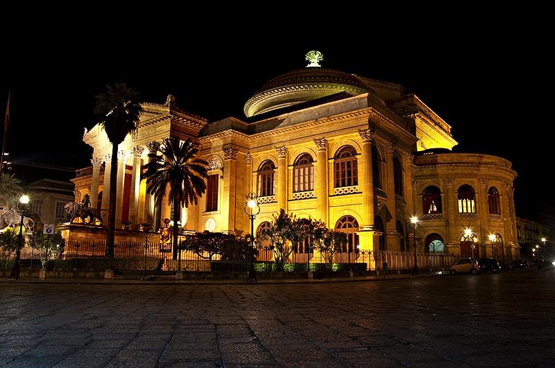 Het mooi verlichte Teatro Massimo in Palermo