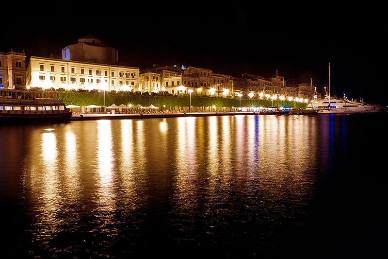 Ortigia, het oude stadscentrum van Syracuse, op Sicilië by night