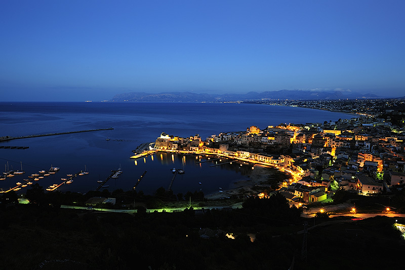 De haven van Castellammare del Golfo, op Sicilië by night