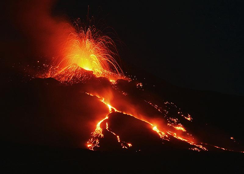 Een nachtelijke vulkaanuitbarsting van de Etna