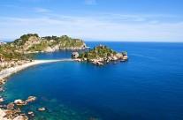 Het (schier)eilandje Isola bella voor kust bij Taormina